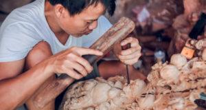 Daily life at Du Du Wooden Sculpture Village