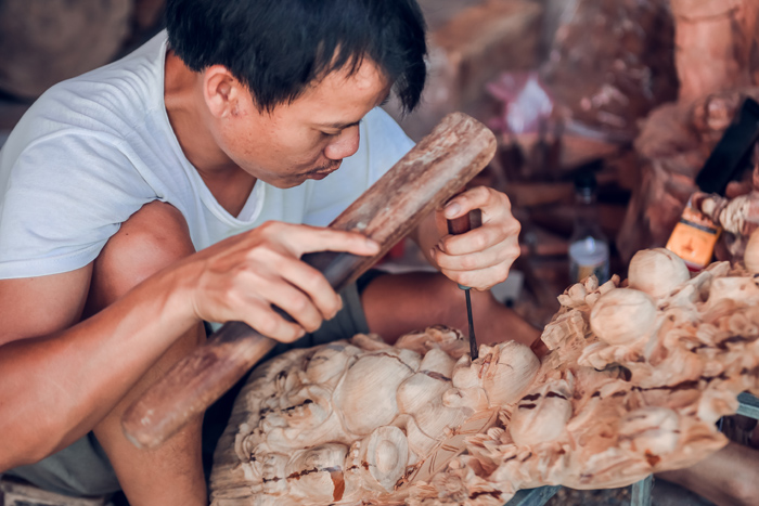 Daily life at Du Du Wooden Sculpture Village