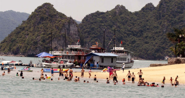Zero-VND Tours with Chinese Tourists to Halong Bay