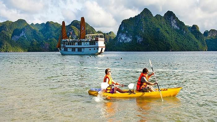 Kayaking in Lan Ha Bay
